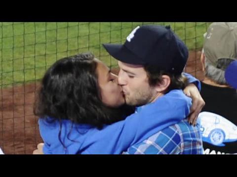 Ashton Kutcher et Mila Kunis se montrent câlins à un match des Dodgers