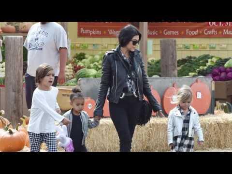 Kourtney Kardashian et les enfants font un tour à la ferme