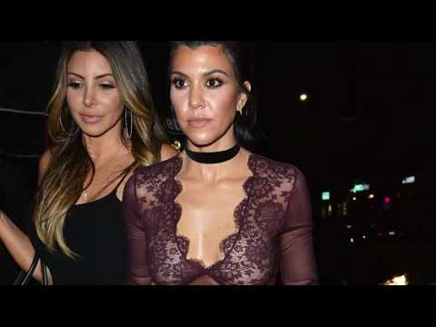 Kourtney Kardashian sans soutien-gorge dans un club à Hollywood