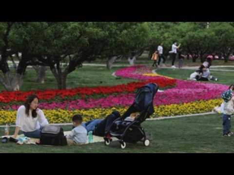 Chinese people enjoy last day of May Day holidays