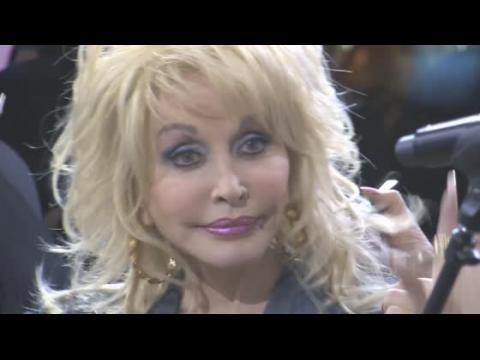 Dolly Parton défend sa filleule Miley Cyrus