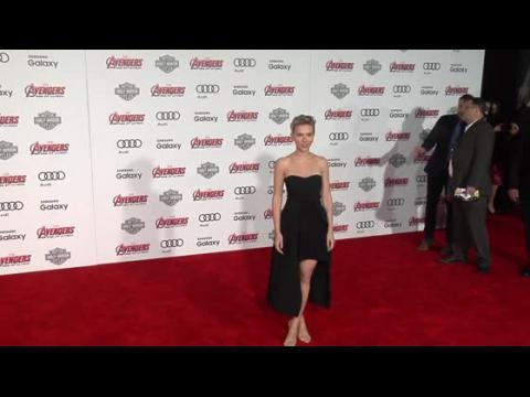 Scarlett Johansson dévoile ses jambes dans une Stella McCartney à la première d'Avengers