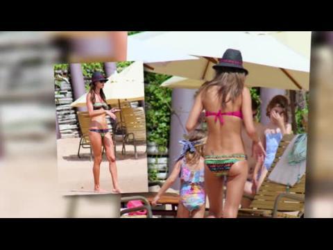 Alessandra Ambrosio dévoile son corps musclé en bikini au Brésil