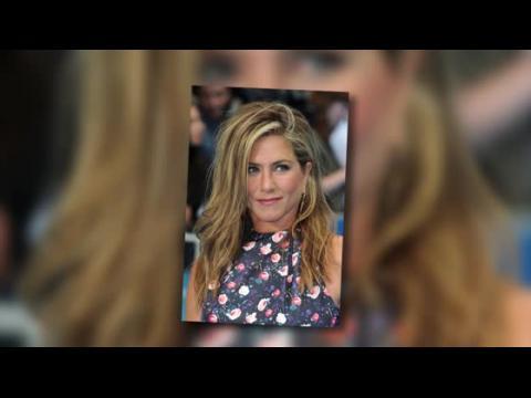 Jennifer Aniston est sublime dans une robe à fleurs à la première des Miller, une Famille en Herbe à Londres