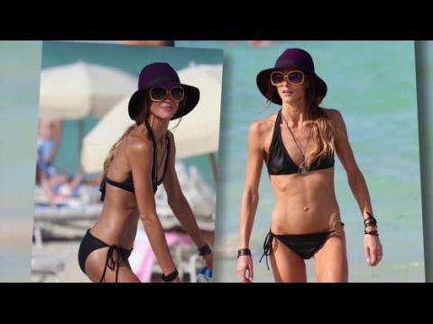 Sharni Vinson s'amuse à la plage dans un bikini noir