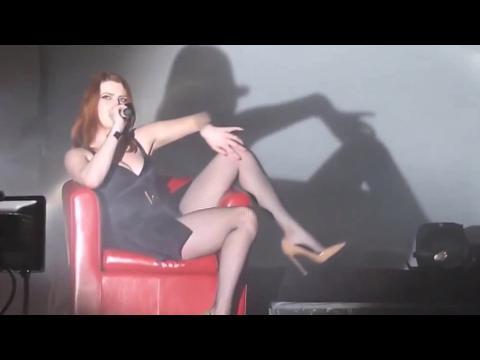 Elodie Frégé pose (encore) seins nus