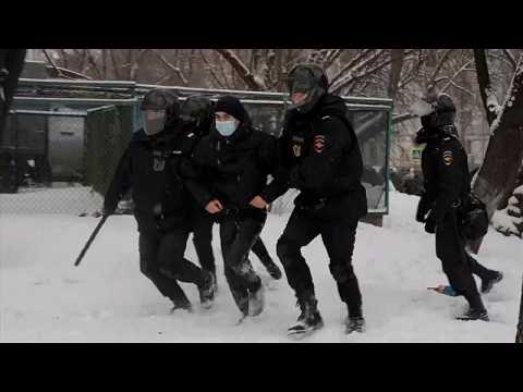 Police chase and detain protesters in central Moscow