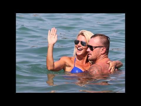 Amélie Neten amoureuse en vacances avec son chéri