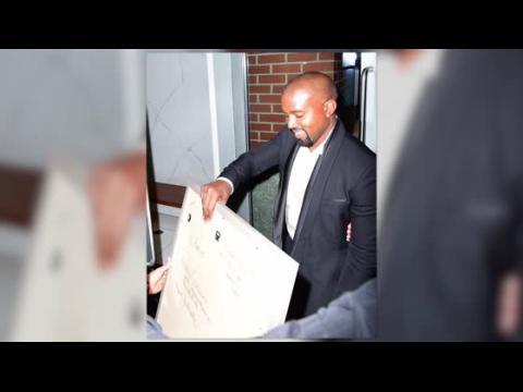 Kanye West a l'air présidentiel et reçoit un cadeau spécial d'une fan