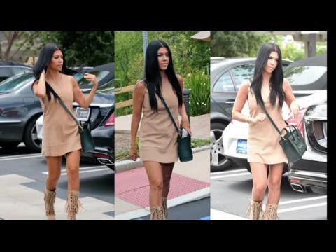 Kourtney Kardashian dévoile ses jambes fermes durant un déjeuner en famille
