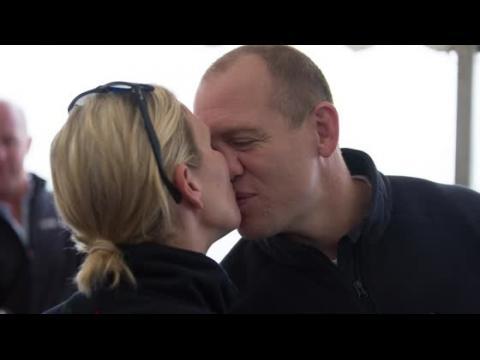 Zara Phillips embrasse son mari avant une course de bateau