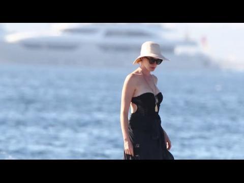 Anne Hataway profite d'une journée paisible à Ibiza