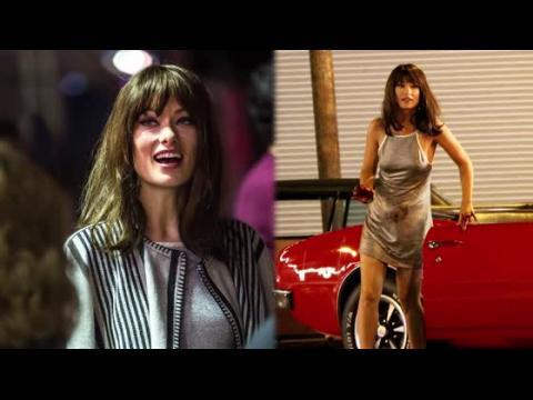 Olivia Wilde dans une robe argentée sur le plateau de Vinyl