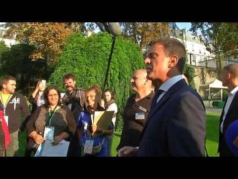 Valls reçoit les oubliés des vacances à Matignon