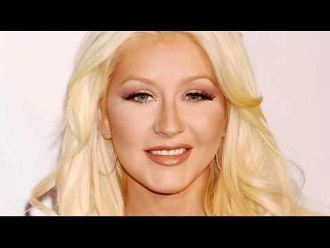 Christina Aguilera a failli tomber sur un sapin de Noël après une soirée