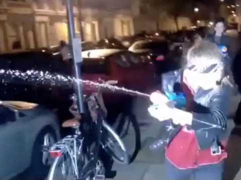 Exclu Vidéo : Cara Delevingne et St.Vincent : Elles arrosent les photographes avec des pistolets à eau en plein mois de décembre !