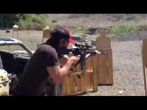 Keanu Reeves à un entraînement de tir