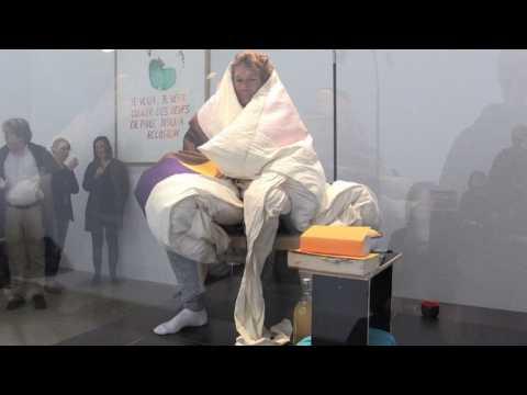 Performance : Abraham Poincheval en poule humaine à Paris