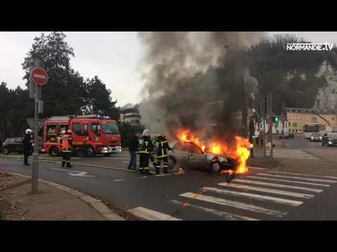Une voiture en feu à Rouen