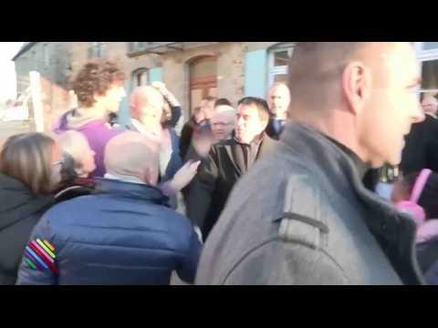 Quand Manuel Valls se prend une gifle ! - ZAPPING ACTU HEBDO DU 21/01/2017