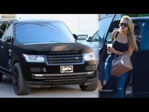 Khloe Kardashian arrive au volant d'une Range Rover en velours
