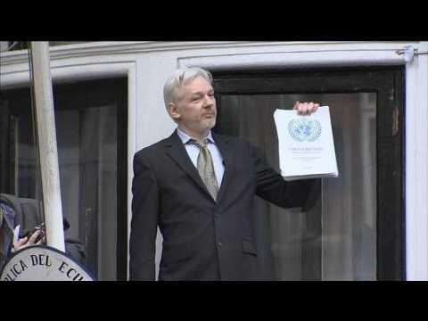 Julian Assange s'exprime au balcon de l'ambassade de l'Equateur à Londres