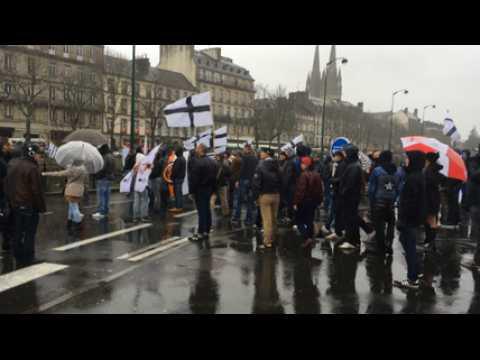 Face à face tendu entre Adsav et antifascistes