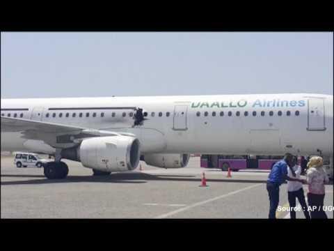 Une explosion troue le fuselage d'un avion au décollage
