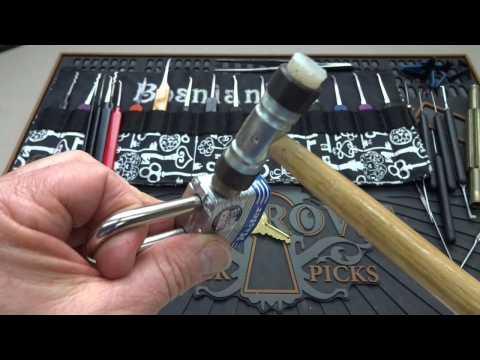 ouvrir un cadenas master lock avec un petit marteau sur orange vid os. Black Bedroom Furniture Sets. Home Design Ideas