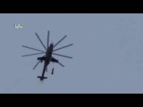 Un hélicoptère largue des bombes barils (Syrie)