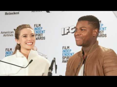 Elizabeth Olsen est chic en annonçant les nominations au Film Independent Spirit Awards