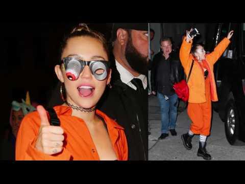 Miley Cyrus laisse entrevoir ses sous-vêtements dans une combinaison orange