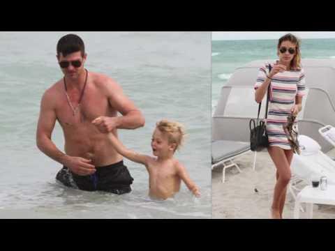 Robin Thicke à la plage avec son fils et sa copine April Love Geary