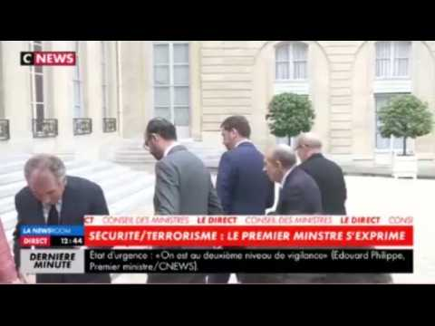 François Bayrou manque de trébucher après une déclaration d'Edouard Philippe (vidéo)