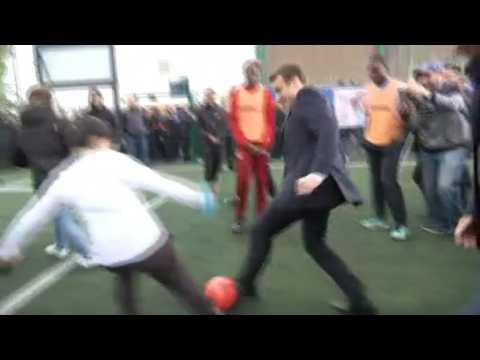 Emmanuel Macron tâte la balle à Sarcelles