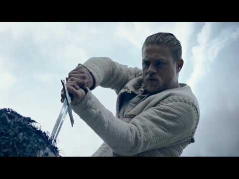 Le Roi Arthur - La Légende d'Excalibur - Spot Officiel (VOST) - Charlie Hunnam / Jude Law