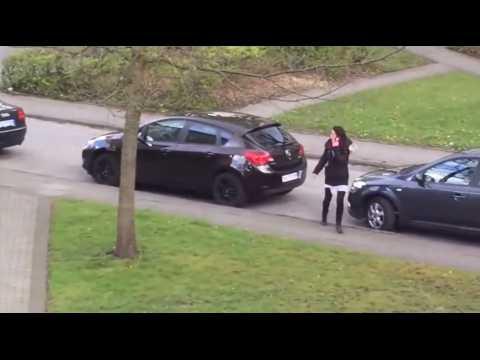 Une femme en panique tente d'échapper à un étrange individu (Vidéo)