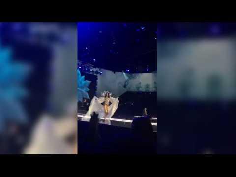 Victoria's Secret : un mannequin fait une énorme chute pendant le défilé 2017 ! (Vidéo)