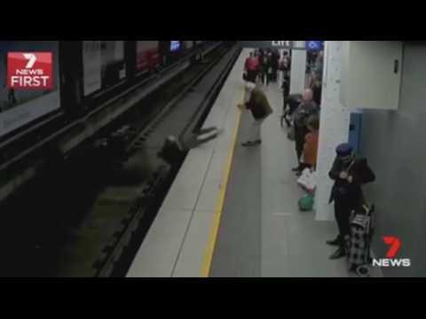 Sydney : Un homme fait un malaise et tombe sur les rails du métro ! (Vidéo)