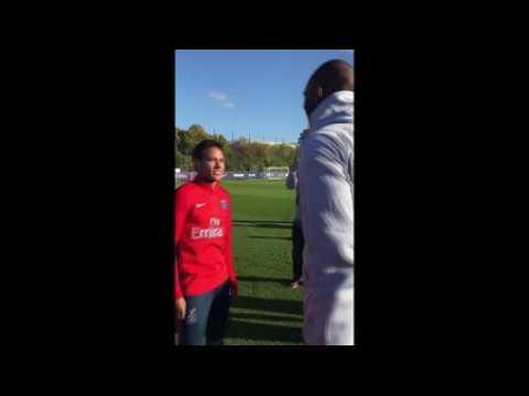 Bryant, à l'entraînement du PSG, tape la balle avec Mbappé