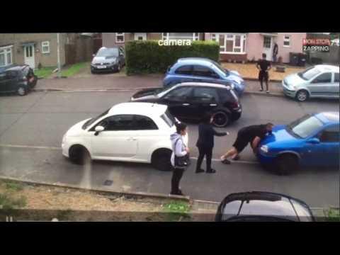 Turquie : Un jeune homme déplace une voiture mal garée à mains nues (vidéo)