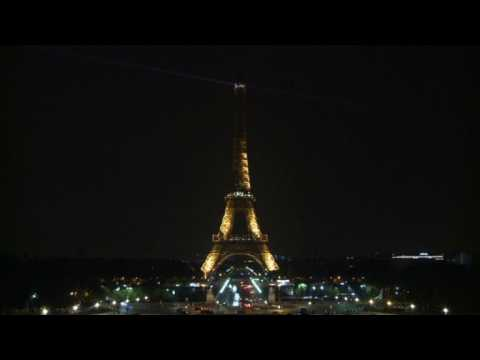Paris : la Tour Eiffel éteinte pour les victimes en Somalie