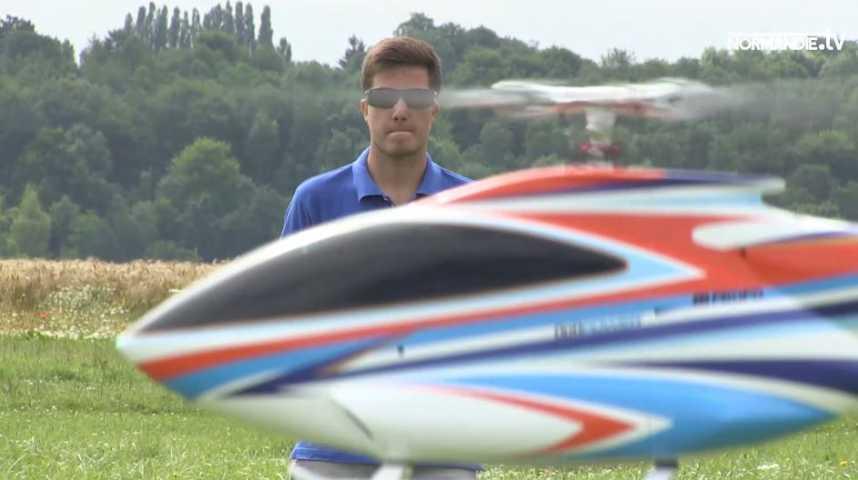 Un jeune pilote d'hélicoptère de voltige radiocommandé participe au championnat du monde d'aéromodélisme