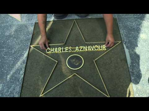 """Aznavour reçoit une étoile sur le """"Walk of Fame"""" d'Hollywood"""