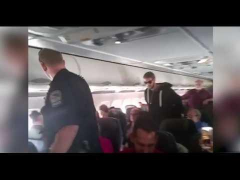 Il tente d'ouvrir la porte d'un avion en plein vol et se fait arrêter (Vidéo)