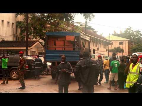 Freetown enterre ses morts après des inondations