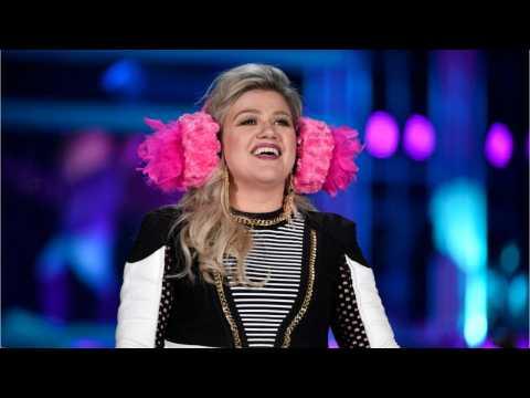 Kelly Clarkson Clarifies iHeartRadio Tweets