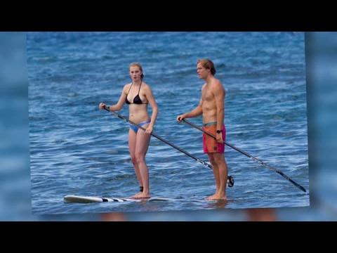 Ireland Baldwin en bikini fait du paddleboard avec son petit-ami Slater à Hawaï