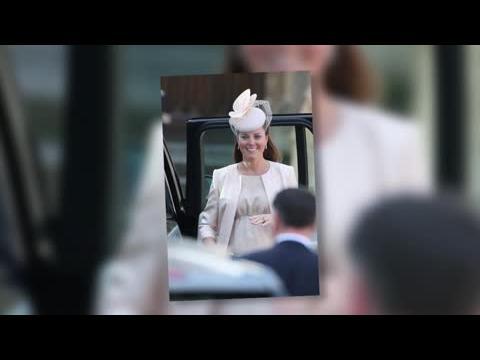 La Duchesse Kate montre son ventre dans une robe rose pâle