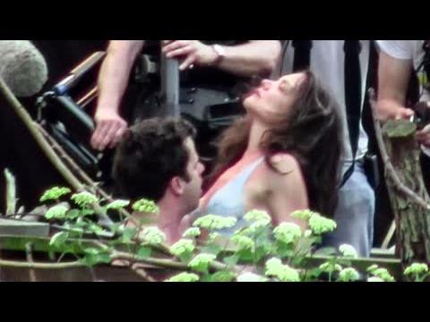 Katie Holmes en soutien-gorge pendant une scène torride avec Luke Kirby